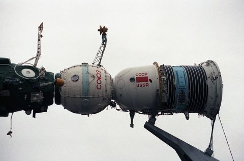 800px-Model_of_a_Soyuz_spacecraft,_1985