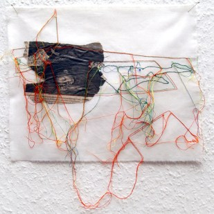FILI DI ATTUALITA#3 / newspaper sewing on fabric / 30×30 cm / 2006-2010