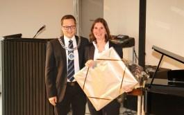 Ordfører Ivar Vigdenes overrakte gave til rekor Gørild Joramo.
