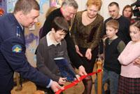 Лауреат конкурса Андрей Миронов перерезает красную ленточку
