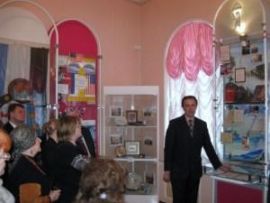 Экскурсию проводит С.В.Скородумов, председатель Ярославского Рериховского общества