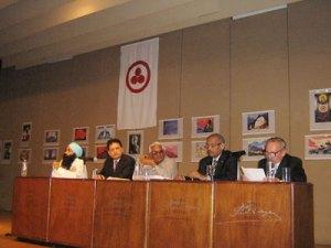 4 Г.Л.Жижин представляет фотовыставку «75 лет Пакту Рериха» на рабочем семинаре «Отказ от применения ядерного оружия через этику ненасилия»