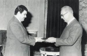 Кабул, 1989 год. Наджибулла вручает Юлию Воронцову орден.