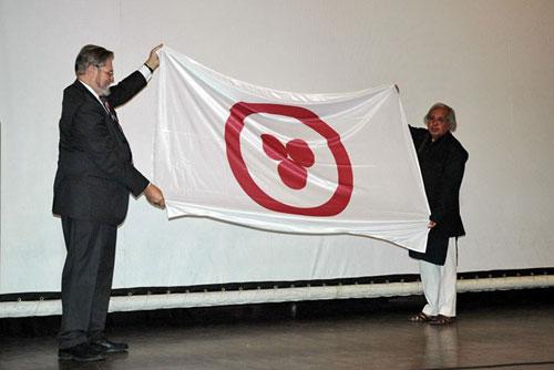 А.Постников вручает Знамя Мира А.Ваджпаи