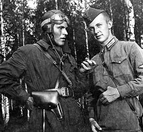 Стрелки-радисты на аэродроме Сеща. Евгений Челышев (справа) и его лучший друг Юрий Лазарев (фото из архива)