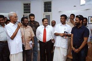 Ратиш С. Наир (в центре) среди других гостей в Русском культурном центре в Тируванантапурам. Источник: http://cartoonacademy.blogspot.com