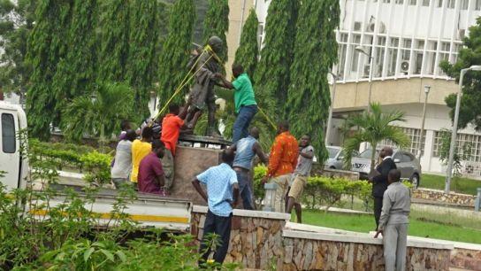 В Гане снесли памятник Махатме Ганди