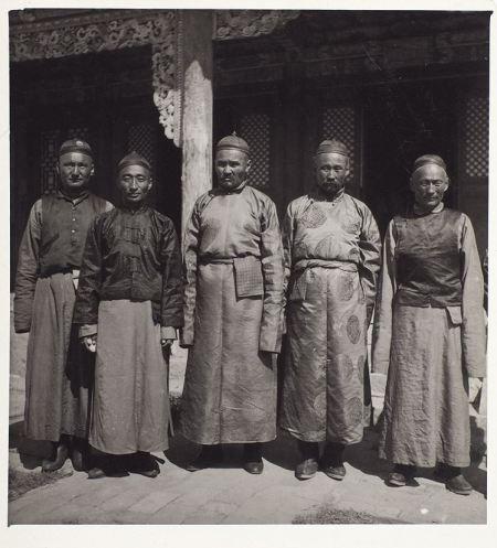 3. Монахи Ганьчжурского монастыря. 14×12,8 см.