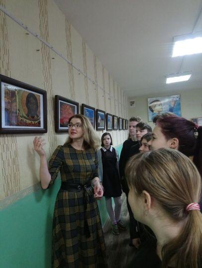 Экскурсию по выставке проводит учитель истории СШ №7 Ковалева Т.Л.