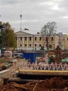 Вид на усадьбу Лопухиных со стороны соседней усадьбы Вяземских. Октябрь 2020 г.