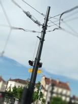 Un poteau de Tram dressé au centre d'un carrefour