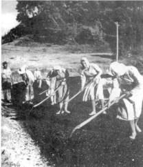 Δουλεύουν στην ασφαλτόστρωση πάντα υπό το βλέμμα του επόπτη (φωτογραφία Σπύρου Μελετζή, από έντυπο του Εθνικού Κέντρου Βιβλίου)