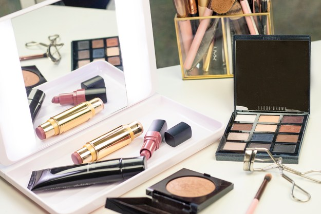 Get A Flawless Look With This True Daylight Makeup Mirror