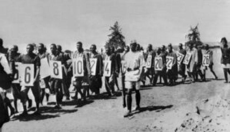 Sur cette photo de 1953, des combattants Mau-Mau capturés par les Anglais sont conduits au tribunal.
