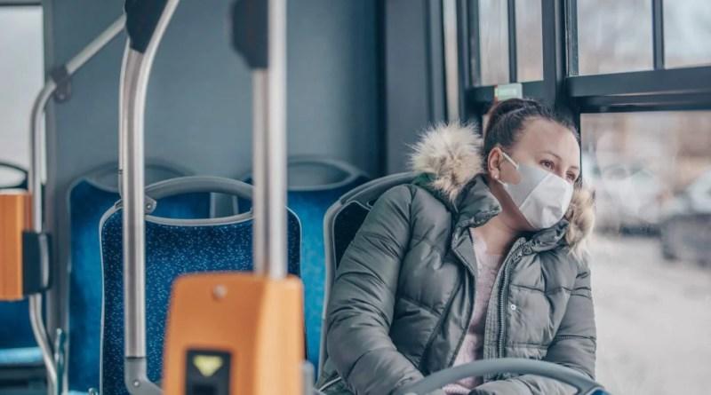 Coronavirus: Mulher de máscara no transporte público