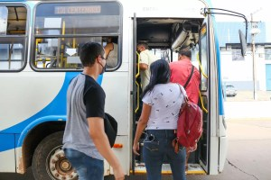 Pessoas subindo no ônibus.