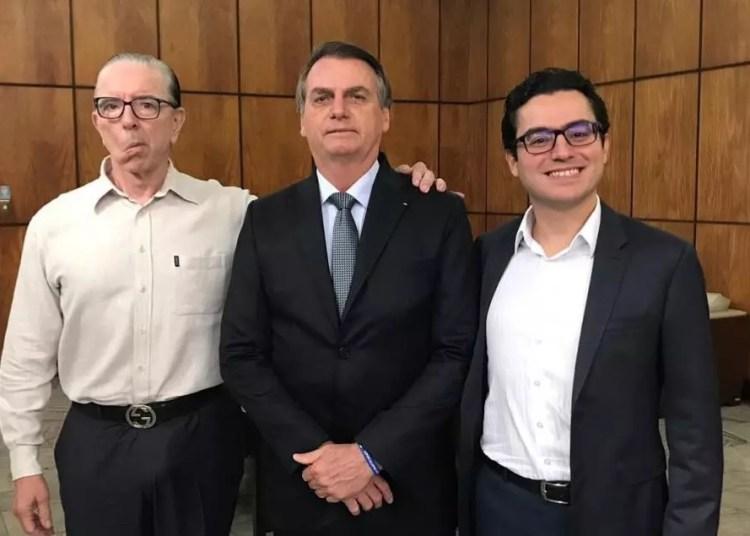 Jair Bolsonaro entre os médicos Antônio Luiz Macedo (E) e Leandro Echenique. Foto: Reprodução / Twitter