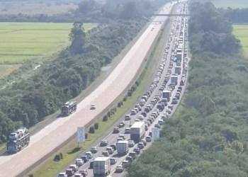 Mar de carros no quilômetro 32 da FreeWay. Foto: PRF / Divulgação