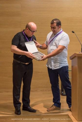 Entrega de una placa a Juan Luís Limeres en reconocimiento a su labor como ponente, por el Presidente de Agrafi, José Luís Pozo.