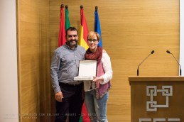 El Presidente de AGRAFI entrega Placa de agradecimiento a la ponente