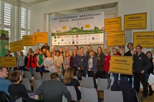 Gruppenfoto der Naturschutzverbände, der Anbauverbände und der Bürgerinitiativen nach dem Gründungsakt