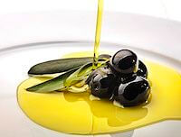 Chorro de aceite sobre aceitunas.