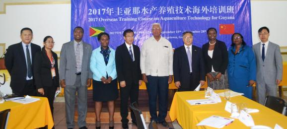 Minister Holder, Ambassador Cui Jianchun and other representatives of the Ministry of Agriculture and the Chinese Government