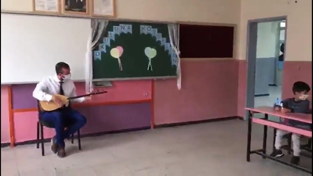 Ağrı'da öğrenciler yüz yüze eğitimin ilk gününde sazlarla karşılandı