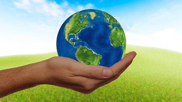 El planeta Tierra es cuidado por el ser humano con el desarrollo sostenible