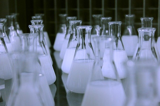 Matraces con preparados de laboratorio