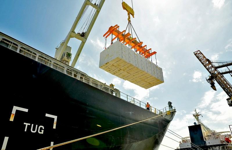 Exportação de farelo, celulose e grãos pelo Porto de Paranaguá.