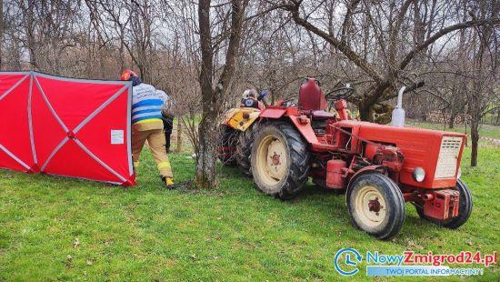 88-letniego mężczyznę przygniótł ciągnik gdy chciał wyrwać drzewo