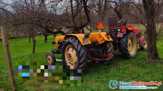 88-letniego mężczyznę przygniótł ciągnik gdy chciał wyrwać drzewo. Fot.: NowyZmigrod24.pl