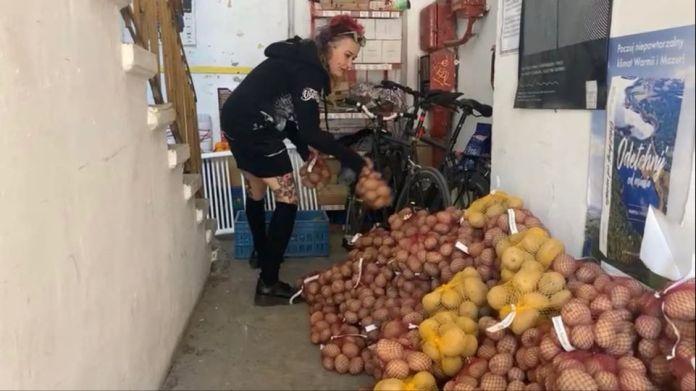 AGROunia zawiozła pół tony ziemniaków dla bezdomnych
