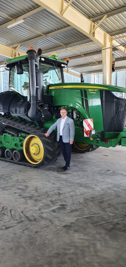 dr inż. Józef Śliwa – z rolnictwem związany zawodowo od 45 lat. Prezes spółki Inwestrol IZ w Żórawinie, w woj. dolnośląskim. To największe w gminie i znane w regionie przedsiębiorstwo, zajmujące się produkcją roślinną. Inwestrol wyróżniano licznymi nagrodami, w tym Gazelą Biznesu.