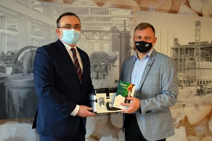 Prezes Zarządu Grupy Azoty S.A. Tomasz Hinc przekazuje jeden ze skanerów przedstawicielowi terenowemu spółki