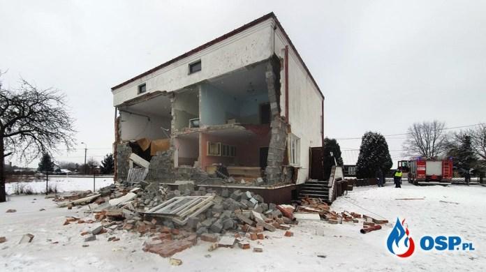 Ściana budynku runęła po eksplozji gazu. Starsza kobieta trafiła do szpitala.