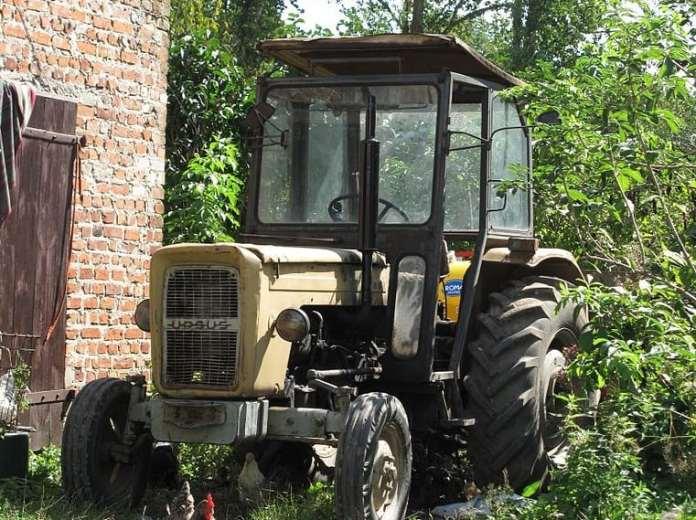 Pijany traktorzysta uderzył w ogrodzenie
