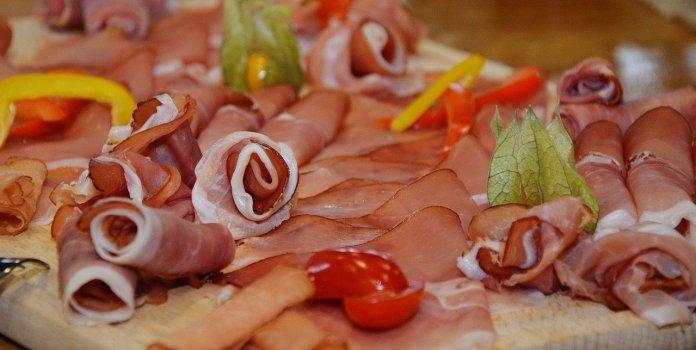 Według prof. Figurskiej-Ciury lepiej jeść małe ilości mięsa o wysokiej jakości niż dużo wyrobów mięsnych o niskiej jakości.