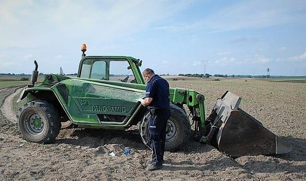 przejechał ładowarką kobietę, rolnik, wypadki z udziałem ciągnika, wypadek na polu, wypadki w rolnictwie, bezpieczeństwo na wsi,