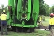 فيديو .. آلة نقل الأشجار