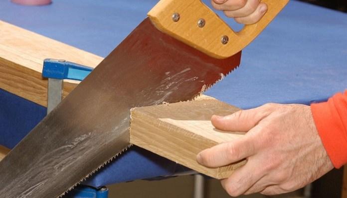 cortar la madera para el comedero de ovejas