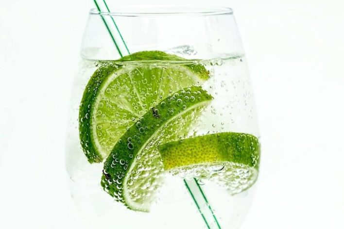 Foto de copo de água com canudo