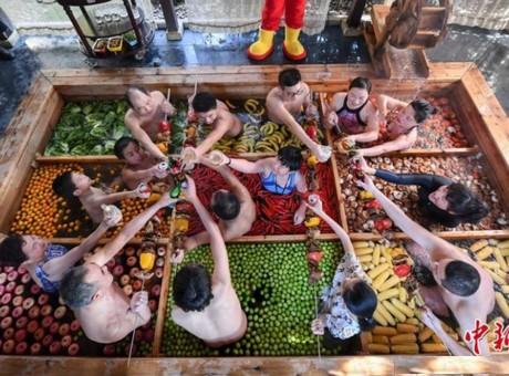 Un hotel chino crea un spa donde te bañas con frutas y hortalizas