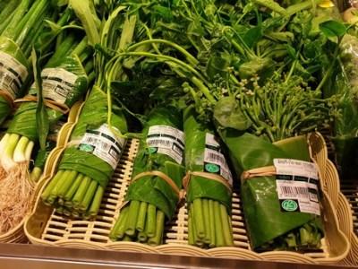 Un supermercado tailandés envuelve los alimentos en hojas de banano