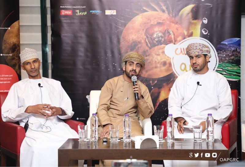 A discussion at the Scientific Café moderated by al-Moatasem (center)