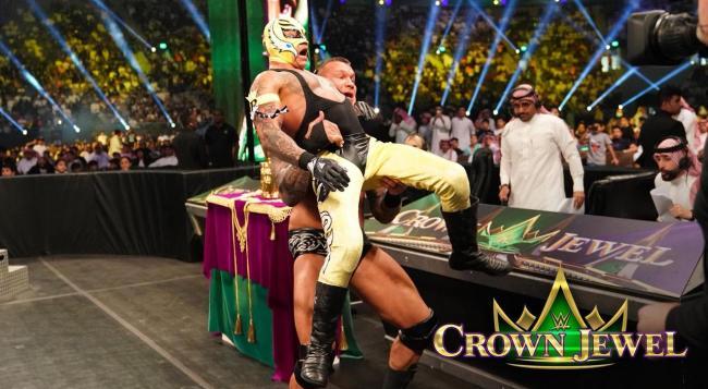 جود الدجاني (يمين) وسلطان الحربي أثناء تعليقهم على مباراة WWE في المملكة العربية السعودية (سلطان الحربي)