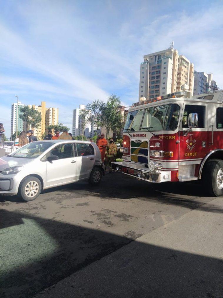 Carro atrapalha passagem de caminhão dos Bombeiros em Águas Claras