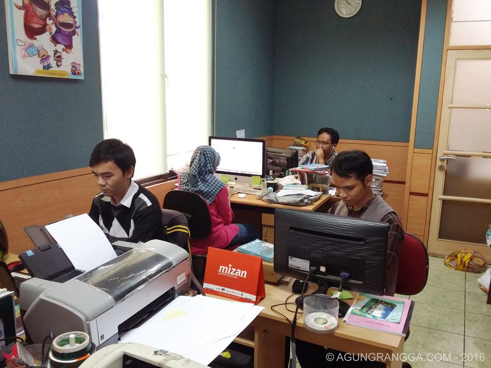 Suasana kantor redaksi DAR Mizan