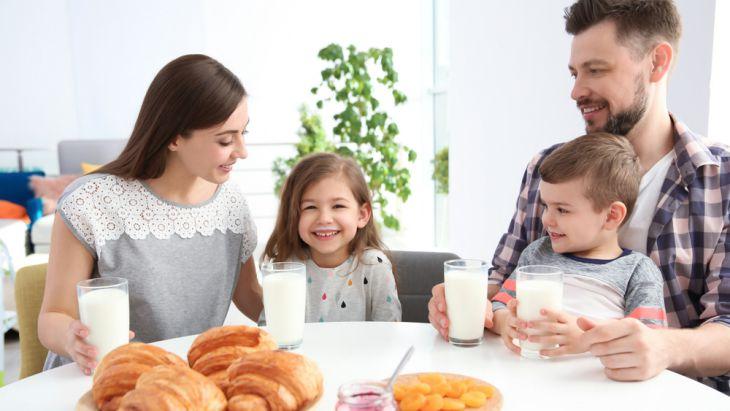 Minum susu bersama keluarga di pagi hari